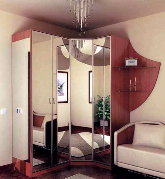 Угловой шкаф-купе в спальню с распашными дверями.